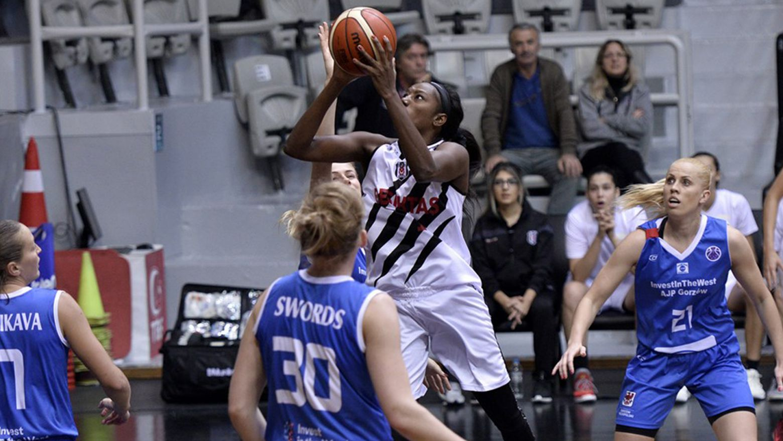 BERNICE MOSBY has signed with Satu Mare